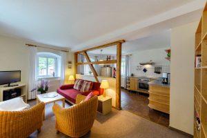 Ferienwohnung in Seiffen im historischen Verlegerhaus, Wohnzimmer mit offener Küche