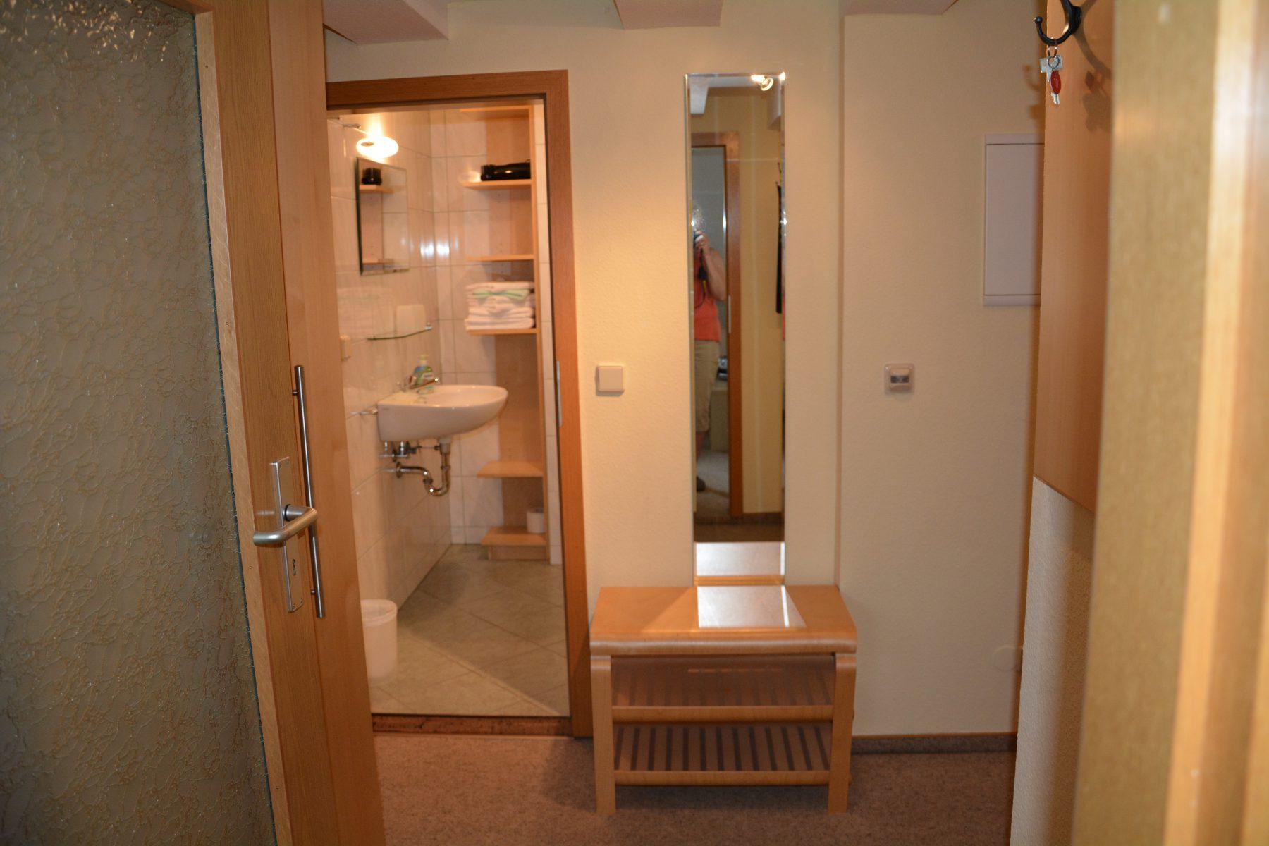 Ferienwohnung im Verlegerhaus Seiffen Kategorie N2a Detail Korridor Bad