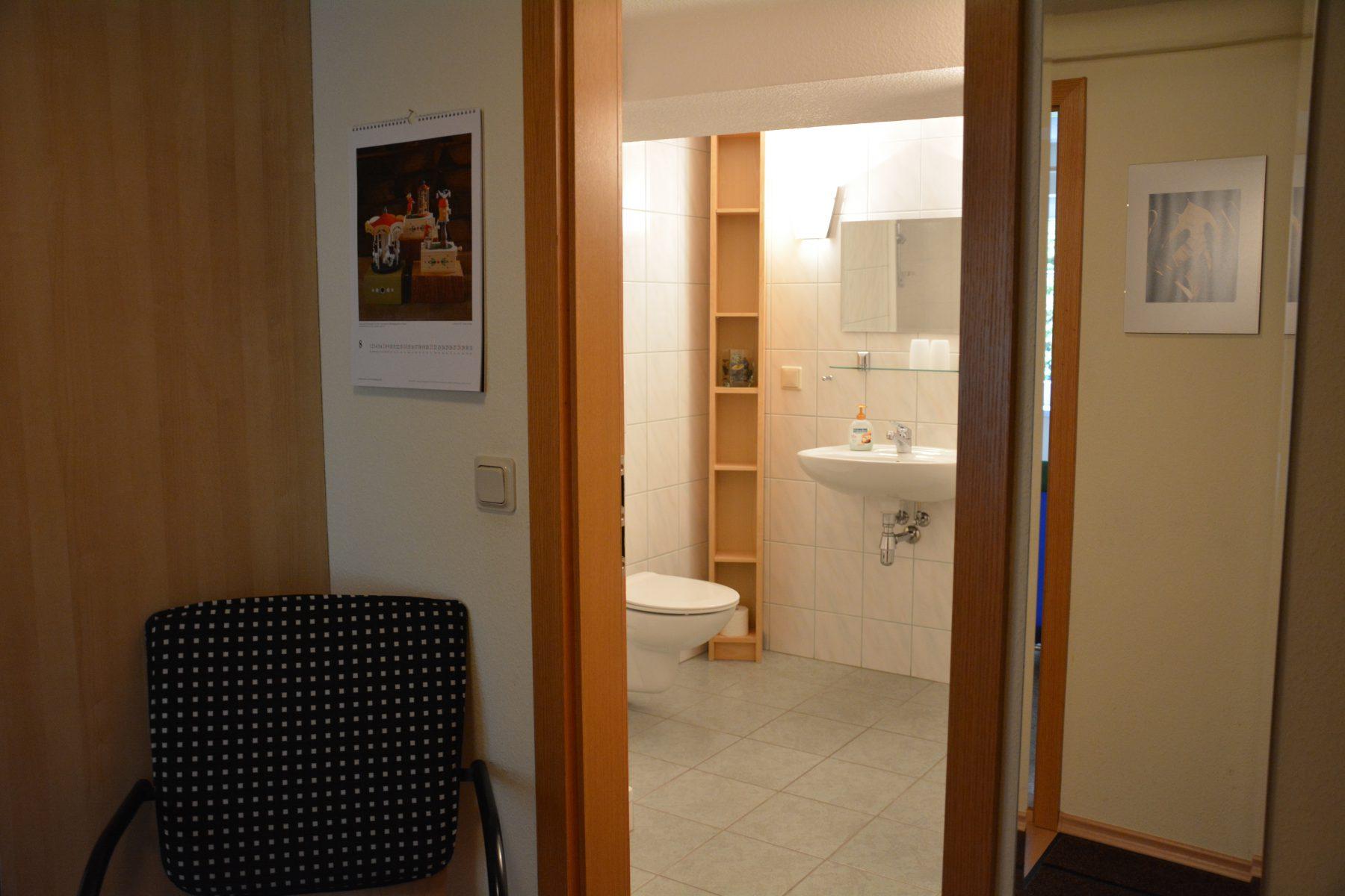 Ferienwohnung im Verlegerhaus Seiffen Kategorie N1a Detail Korridor DU/WC