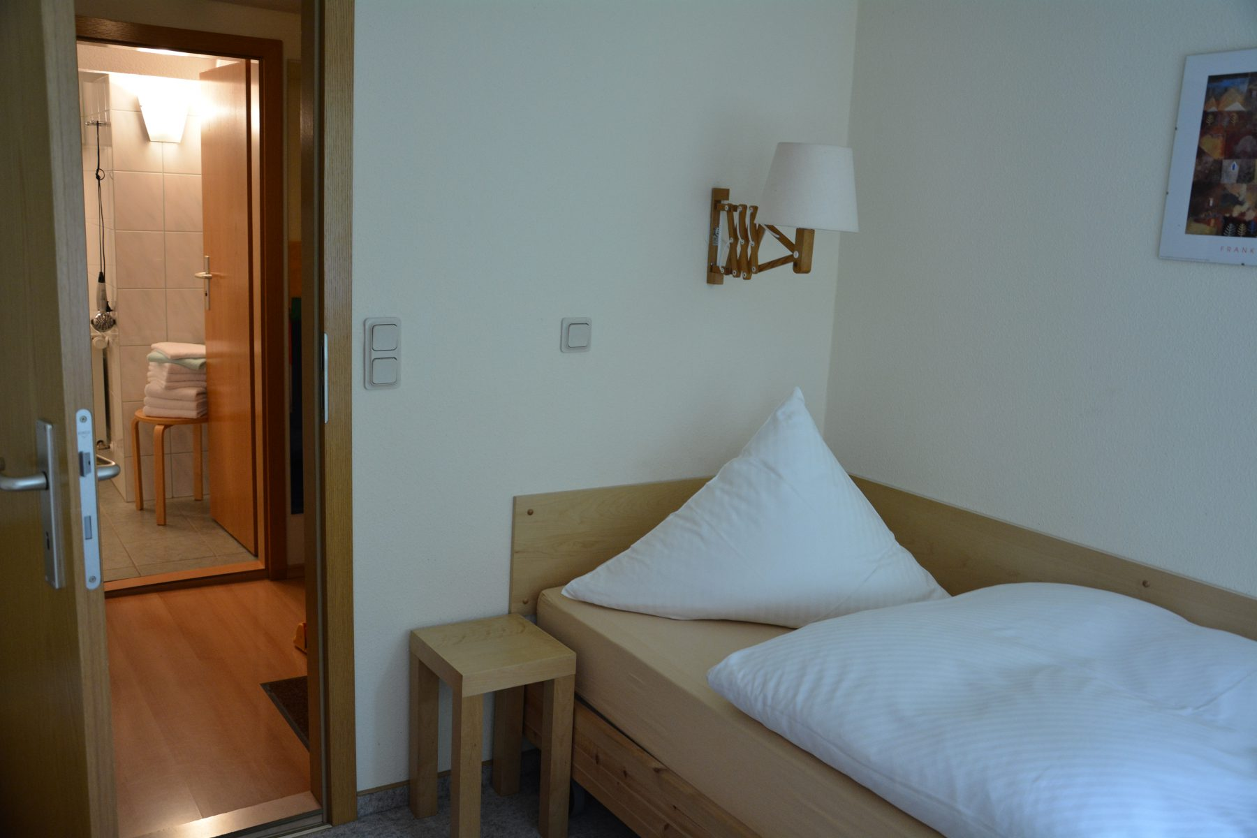 Ferienwohnung im Verlegerhaus Seiffen Kategorie N1a Detail Schlafzimmer DU/WC