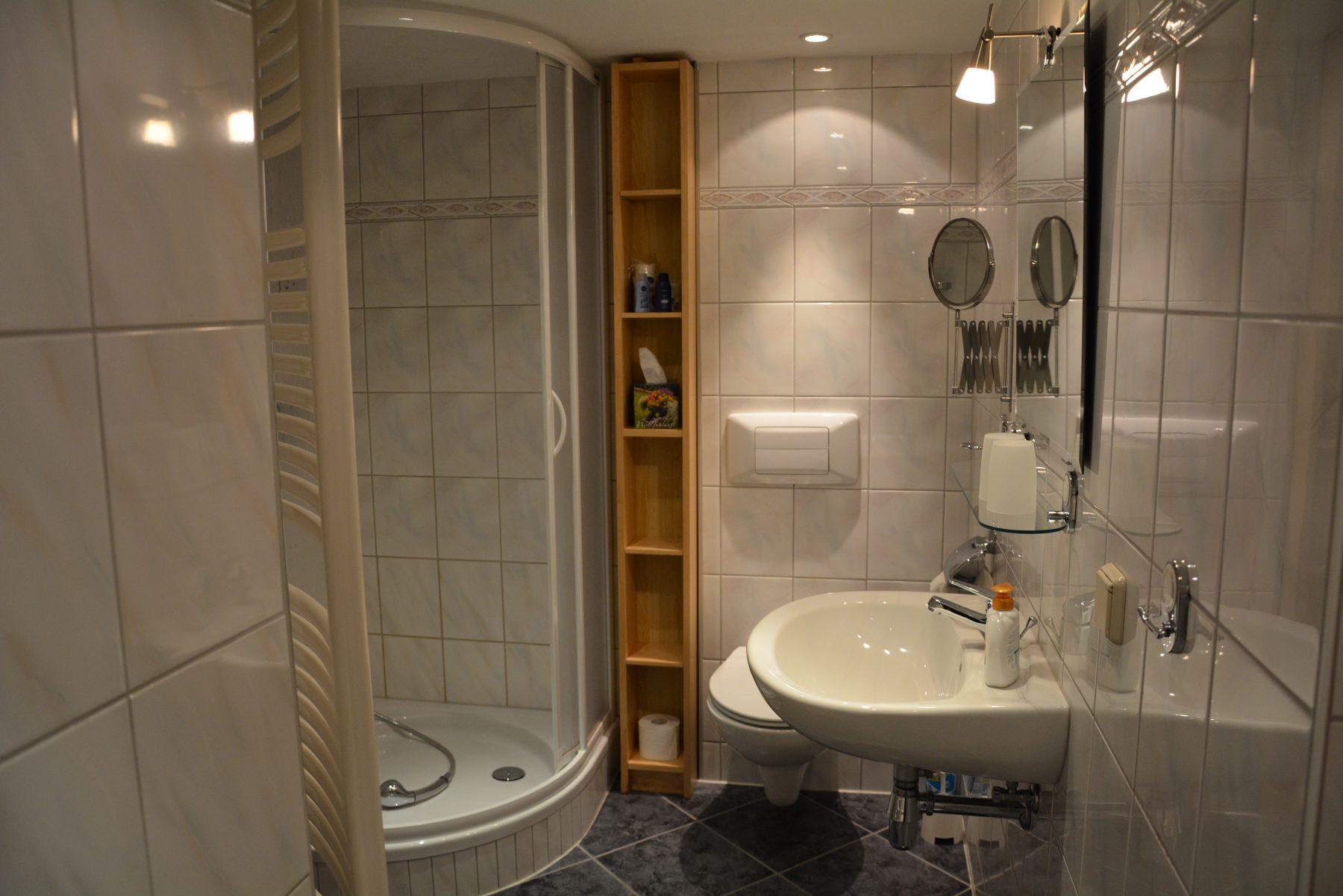Ferienwohnung im Verlegerhaus Seiffen Kategorie N4 Detail Dusche/WC